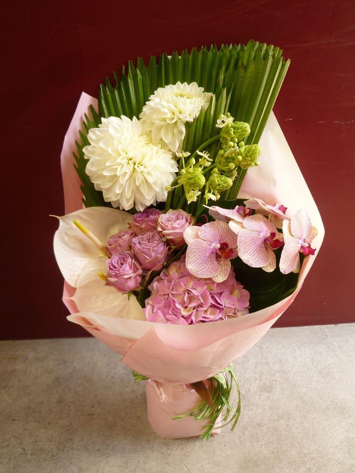 MOBBS  花屋 胡蝶蘭 ファレノプシス バラ ダリア アジサイオーニソガラム アンスリューム ウチワヤシ モンステラ生花 花 花束 淡い 白 ピンク