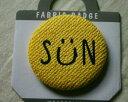 【メール便・ポスト投函便OK】中サイズ・直径58mm  布生地 ファブリック 缶バッチ SUN 黄色 笑顔 にっこり明るいフェイス 人気 布生地にほっこり