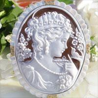 拉斐爾佩尼斯有浮雕的貝殼 K18,銀,珍珠和天然鑽石 0.08 ct 吊墜胸針