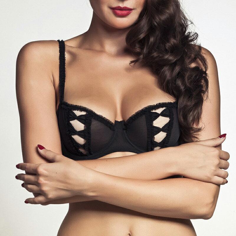 解开美女胸衣没有穿胸罩的照片
