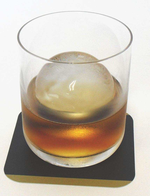 税込みで1個当たり59.4円。 丸い氷で、おしゃれに月見酒。1箱96個入【業務用マルアイス…...:aorei-ice:10000003