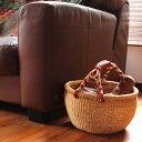 アフリカのブルキナファソで作られるバスケット。細かい詰まった編み目でしっかりとした仕上がり。ハンドルの革色がアクセントになってシンプルですが存在感があります。