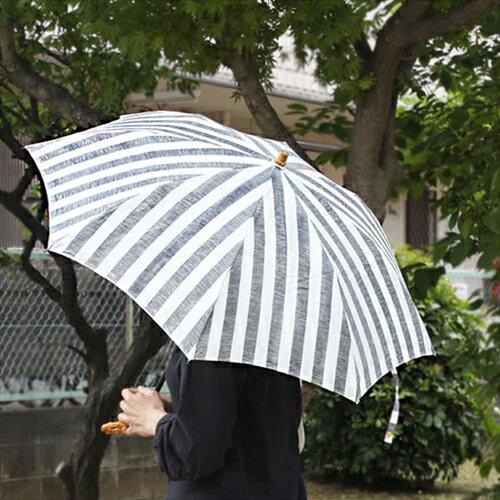 【SUR MER 日傘 リネンリゾートストライプ 太ストライプ 長傘/折りたたみ傘】シュールメール ファッション 傘 かさ カサ 折り畳み 紫外線防止加工 縞■ 送料無料■  天然素材を使ったメイドインジャパンのナチュラルな日傘。木目のきれいなバンブーの丸い手元は手に良く馴染み、手首に引っ掛けて持ち運びも可能です。