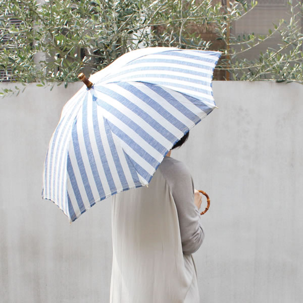 【SUR MER 日傘 ストライプ 長傘】シュールメール ファッション 傘 かさ カサ 紫外線防止加工 縞 シュルメール■ 送料無料■ ■ ポイント10倍 天然素材を使ったメイドインジャパンのナチュラルな日傘。木目のきれいなバンブーの丸い手元は手に良く馴染み、手首に引っ掛けて持ち運びも可能です。防水