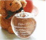 アダムとイブの時代から愛の象徴リンゴ型のガラスのペーパーウエイト。[ツインハート柄]-結婚祝い名入れギフト