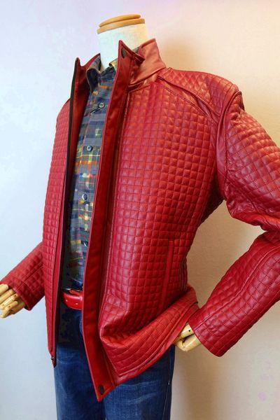 メンズファッション ブランド「バラシ キルティングレザーブルゾン」高級羊革使用、キルティングデザイン、スタンドカラー、ショート丈のレザーブルゾンです。