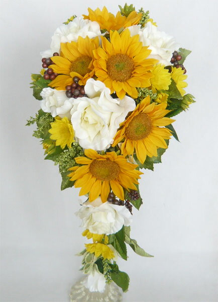 ウエディングブーケ/ブライダルブーケ/白バラとヒマワリのキャスケードブーケ ブートニア付き 造花ブライダルブーケ