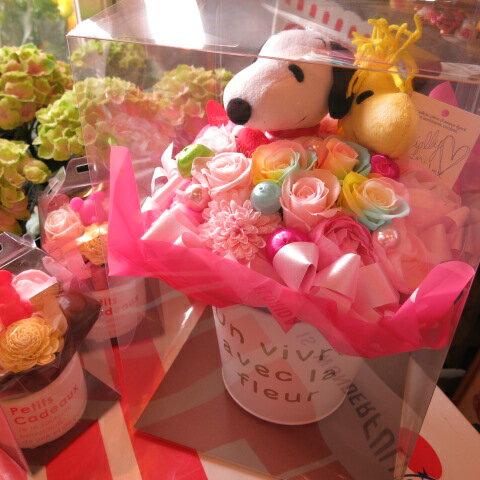 母の日 プレゼント 花 スヌーピー フラワーギフト スヌーピー ウッドストック レインボーローズ プリザーブドフラワー ケース付き 20×30 プリザーブドフラワー入り ケース付き