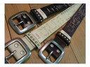 牛革ベルト ■40mm USED加工した帯に英文字を型押しして、周りを小玉スタッズで囲ったレザーベルトです。全長120cmのロングフリーサイズです。