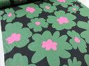 マリメッコ風大きな花柄 ブラック地にグリーン ツイル生地【メール便2m可】 コットンこばやし 北欧風 生地 布地|綿 コットン エプロン|ワンピース|スカート|小物 携帯ケース ポーチ インテリア|手作り 手芸|通販|安い 花柄 おしゃれ プリント生地
