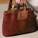 艶やかなフェイクレザーにクロコ型押しを施し、フロント部にスエード調素材を配したおしゃれ感漂うバンブーハンドルのバッグ。バンブーハンドル2WAYバッグ ベルーナ ラナン Ranan 30代 40代 ファッション レディース
