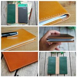 表紙サイズに合わせた丈夫なポケットでしっかり手帳を固定できます。
