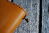 ゴム結び目には真ちゅう製の金具を使用。トラベラーズノートの純正リペアキットと交換もできます。