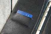 差込式のカードポケットが左に2箇所・右にチケットホルダーが1箇所あり