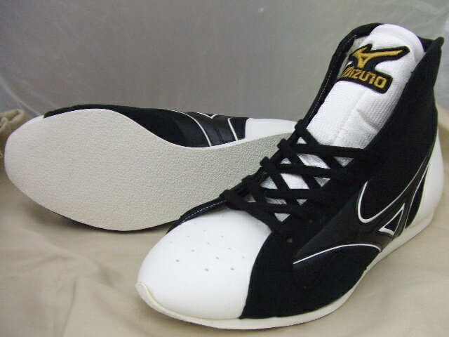 ミズノショート boxing shoe reinforced with (black x white 8 hole) ランバードロゴ on original shoe bag with (boxing supplies & ring shoes)