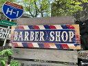 バーバーショップのウッドサイン