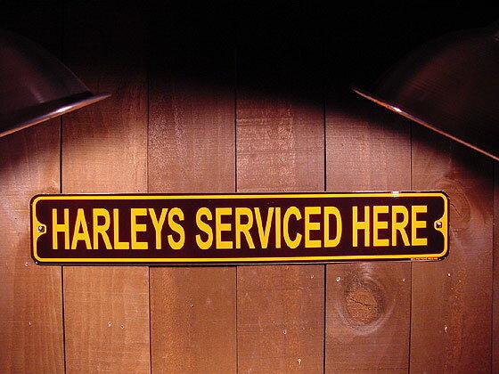 アメリカのミニストリート看板 HARLEYS SERVICED HERE -ハーレーのサービスはここでやってます- ■ サインプレート ブリキ アメリカ看板 ティンサイン サインボード アメリカンブリキ看板 アメリカ 雑貨 アメリカン雑貨 おしゃれ 壁面装飾 人気 ウォールデコレーション