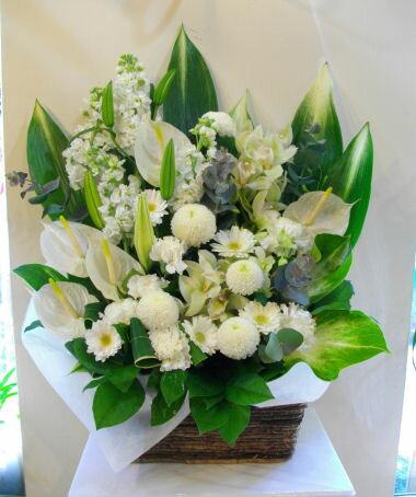 【お供え】【お悔み】【花】 (白 グリーン) f10001 【お供え】供花 スクエアバスケットのフラワーアレンジ。