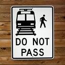 【送料無料】トラフィックサイン DO NOT PASS RAIL AND PEDESTRIAN (列車と歩行者の追い越し禁止) アメリカの道路標識