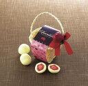 ストロベリーモチーフが付いた小さなバスケットに苺チョコがセットされています。プチギフト ストロベリーチョコバスケット