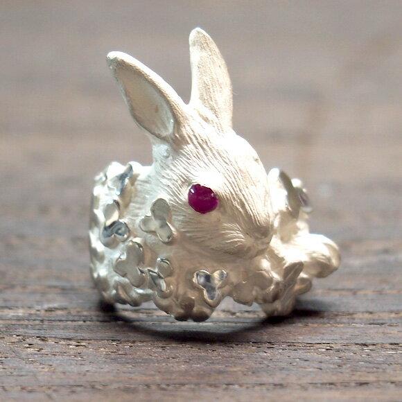 DECOvienya(デコヴィーニャ)手作りアクセサリーウサギとクローバーリングホワイト[DE,001W