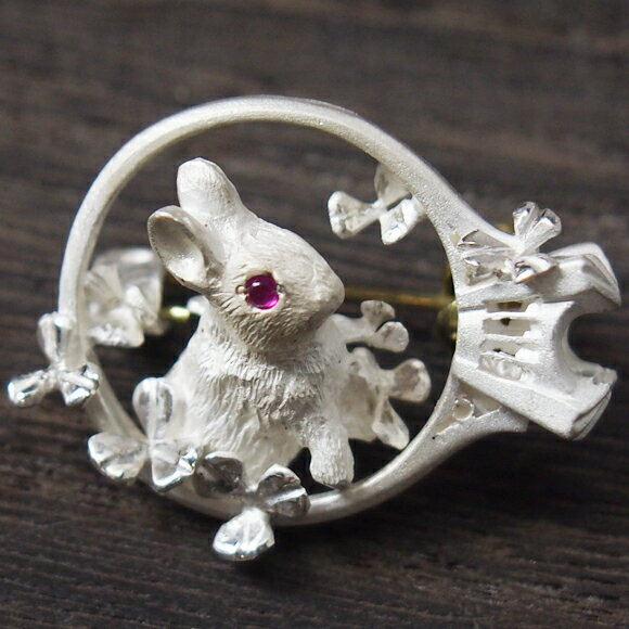 DECOvienya(デコヴィーニャ)手作りアクセサリーウサギのアンティークリングブローチホワイト天然ルビー[