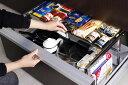 シンク下のスペースをとことん活用して収納力アップ。引き出しタイプのシステムキッチン専用のシンク下引き出し収納ラックです。