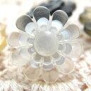 ポリエステル土台を花の形にカットし、中央にも貝を花形にカットしたボタン 釦 P-914 13mm