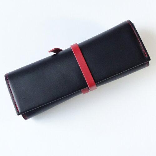 紐革とマチ革(本体側面の革)が赤い革になります。