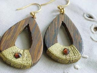 Popular gilt thread series Wood and gilt thread, pierced earrings of the rhinestone
