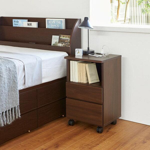 【幅40高さ55cm】 高さの選べるナイトテーブル ベッドルームをホテルライクな空間に。高さのあるベッドや空間にぴったりのサイズが選べます。ベッドの高さとぴったりで自分仕様に。キャスター&2口コンセント付き。