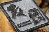 新築祝いに!今までの表札に満足できない方必見!トラックアートのカリスマ鈴木勇先生のすずき文字による表札20cm角タイプです。ラステンバーグ浮かし彫り【】