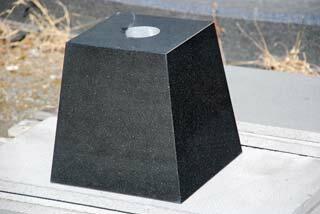 【送料無料】黒御影石の束石、沓石上面6寸、高さ8寸、底面8寸