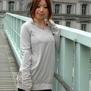 Enjoy the code in the クシュクシュスリーブ were gathered with hood finger hole tunic! Long of soft material simple plain V neck fingers punching Coteau ◆ ミットスリーブフードチュニック