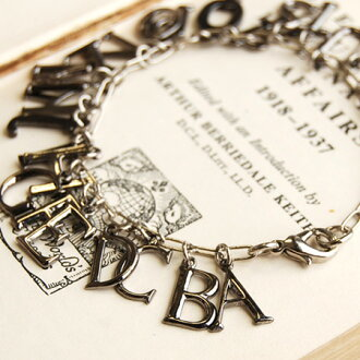 Stylish alphabet from A to Z and decorated with bangles! British presence shakes yurayura character, texture and shine to shoot metal accessories ◆ metal chain bracelet [standardalphabet]