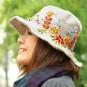 A very popular hat revives in material in the fall and winter! A saliva wide hat of the big impact that the embroidery of a bold flower was given! Knit hat ◆ キャペリンフラワー embroidery knit hat with the natural saliva of the wool X Nettle mix material