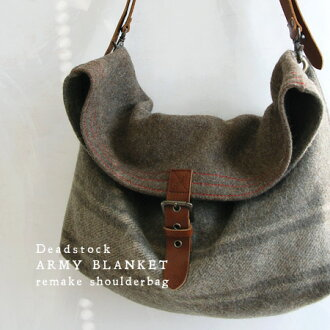 Two using dead stock fabrics in Italy and not a quirky remake bag. Exquisite combination of leather and wool! Feel sticking to metal want to keep having to unisex Bag / Bag ◆ アーミーブランケットリメイクショルダー bag
