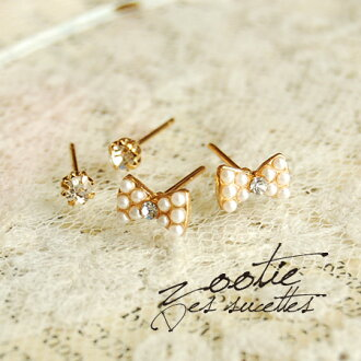 Ribbon-shaped earrings decorated pearl beads. Small clear stone earring also with four deals were set ear accessories! / Jewellery / earrings / キャッチピアス / gold color ◆ Zootie ( ズーティー ): パールビーズリボン Quartet earrings