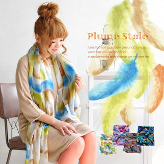 Wearing a feather falling like. Colorful and delicate feather pattern boldly painted across the gauze material light scarf. From the large size easy to shawl too! To UV radiation and temperature measures / roll / accessories ◆ カラフルプリュームラージ stall