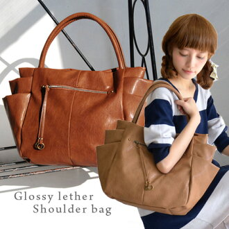 Jagged gone and hidden in the form of practical outside pockets very convenient! use light, shiny fake leather, to commute to school your fits A4 magazines and documents the best shoulder tote bag / bag / over the shoulder gusset / combination skin / lig