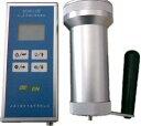※売切れの際はご了承お願い致します。 ■ α、β線表面汚染測定機 BS9611 ■  特 徴 食品の放射能汚染で特に問題とされているα線、放射性ヨウ素、セシウムが出すβ線の放射線強度を専門に測定する、プロ向けの測定機です。 α線単独、β線単独、α線とβ線の総合の放射線量をそれぞれ測定します。  仕 様 ●測定効能 α線 : プルトニウム239に対し30%以上 β線 : セシウム137に対し25%以上 ●感度 α線表面活性応答 : 6(S-1Bq-1c)以上 β線表面活性応答 : 6(S-1Bq-1c)以上●測定範囲 百万パルスまで●測定時間 1,10,20,60,120秒●基本誤差 表示値の±20%●測定機本底 α線 : 毎分3以下 β線 : 毎分120以下●消費電力 300mW以下(単3乾電池2個)●動作温度 -10℃?45℃●相対湿度 90%以内、但し40℃以上では80%以下、結露せぬ事●ケーシング、外形および重量 検出機 : アルミニウム合金製 Φ85×190mm以内 1.6kg以内 表示機 : プラスティック製 210×95×46mm以内 0.8kg以内 ただし、いずれも付属品、突起物を含まず。  測 定 単 位 Count Per Minuit(CPM)、Count Per Second(CPS)またはベクレル(Bq/c)。