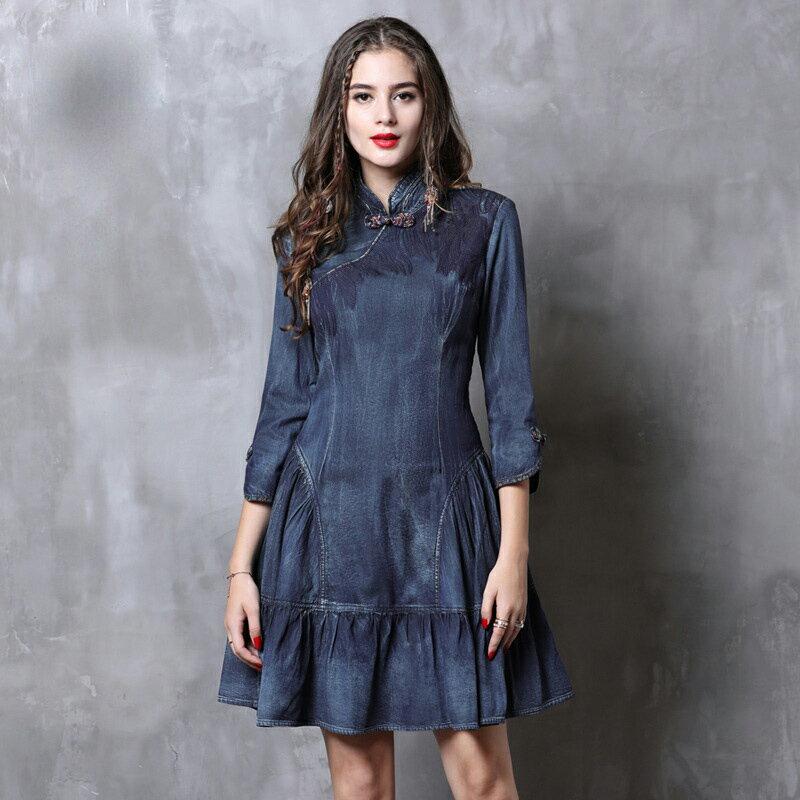 即納 オリジナルデザイン レトロ調 チャイナデニムワンピース チャイナドレスは好きだけど着る勇気が出ない!そんな方にも、チャイナ感は残しつつ、デニム生地でお洒落に仕立てました☆七分袖、刺繍、背面ファスナー 膝上丈 テイアード風 大きいサイズあり S M L XL