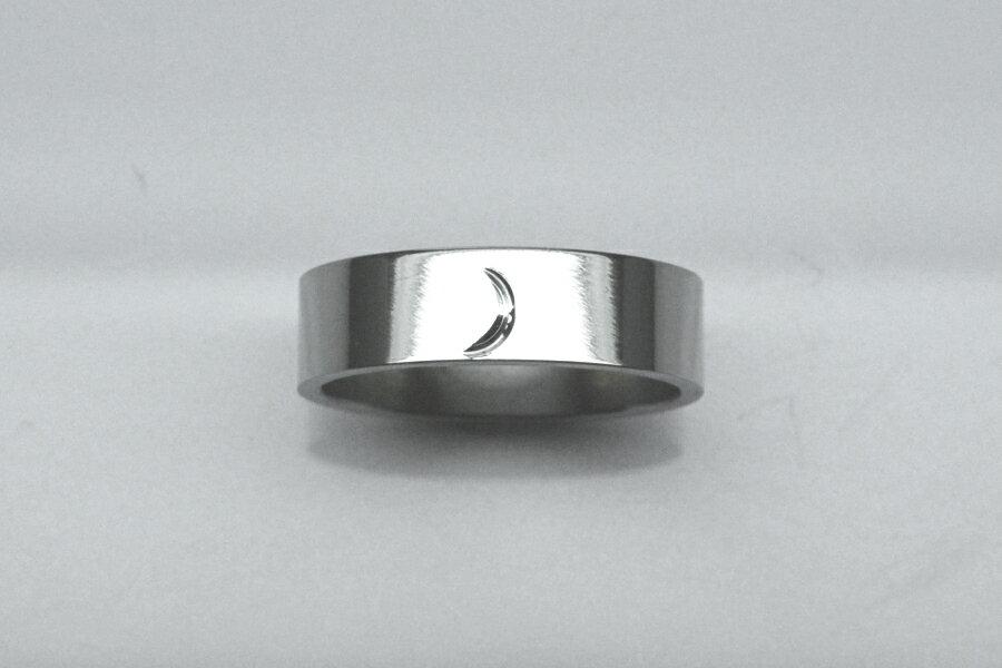 チタンリング〔三日月ワンポイント〕デザイン・鏡面仕上げ・平角形状・幅5mm・厚さ1.2mm 【スパークリング】