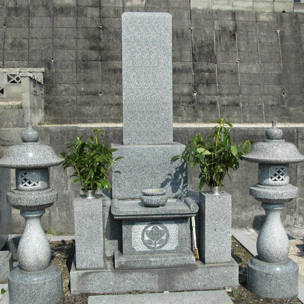 【ふるさと納税】大竹市内の墓地一区画清掃の代行と献花。大竹市シルバー人材センターの会員が心をこめて清掃し、生花をたむけます。