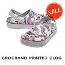ショッピングケイマン ◇【クロックス crocs 】crocband printed clog/クロックバンド プリンテッド クロッグ/メンズ レディース/ライトグレーxバーガンディ