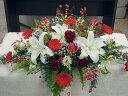 カサブランカ、赤バラ、グロリオサなどのメインテーブル装花