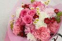 ピンクバラ、カーネーション、実もの、小花等のブーケタイプ花束