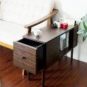 ソファーサイドはもちろん、ベッドサイドでも使える便利なサイドテーブル