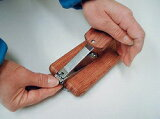 【少しの力で抑えて簡単爪切り】らくらく台付爪切り木台を回転させて向きを調整。爪を刃に入れやすく深爪しにくい設計。
