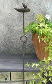ガーデニング雑貨アンティークアイアン製小鳥が乗った餌台。お庭の装飾に。ホースガイドとしても◎ポールバードフィーダー